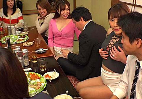 同窓会で会った初恋の女は人妻になっていた5 旦那と上手くいっていないのか彼女いない歴28年の僕のチ○コを机の下で握りしめて放さない。みんなの目を盗んで店内でヤッちゃった!