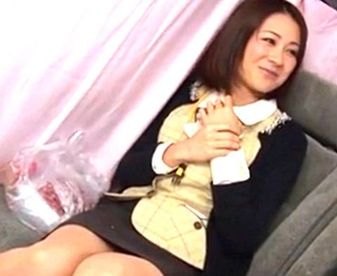 「下着見せてもらえませんか?」ナンパされた美人妻が謝礼に釣られて生ハメ