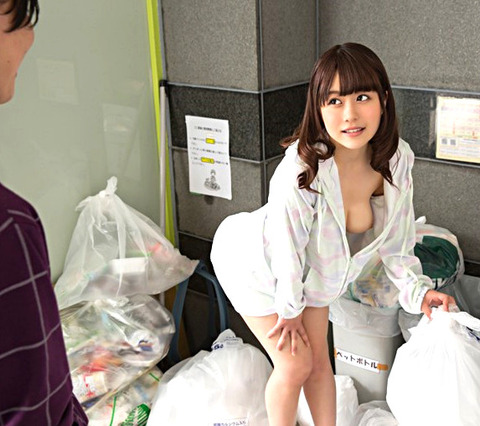 ゴミ捨て場でノーブラ奥さんと遭遇 胸チラに興奮したのでその場で犯して中出し