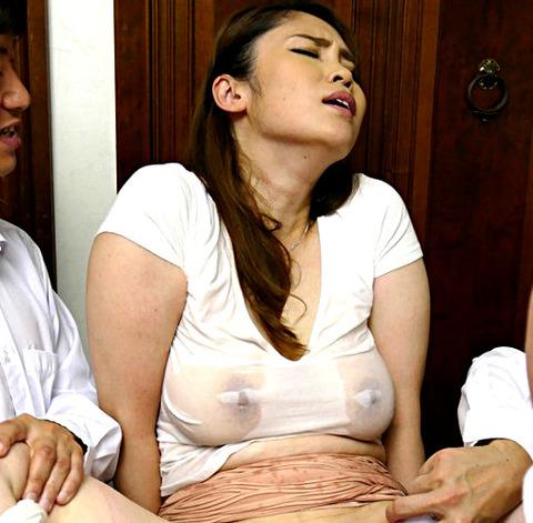 松坂美紀 下着泥棒と疑われた息子の友人が復讐するため自宅に押しかけて生SEX!