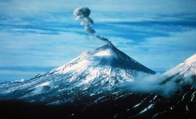 iz-vulkana-pavlof-izbijaju-para-pepeo-slika-278882