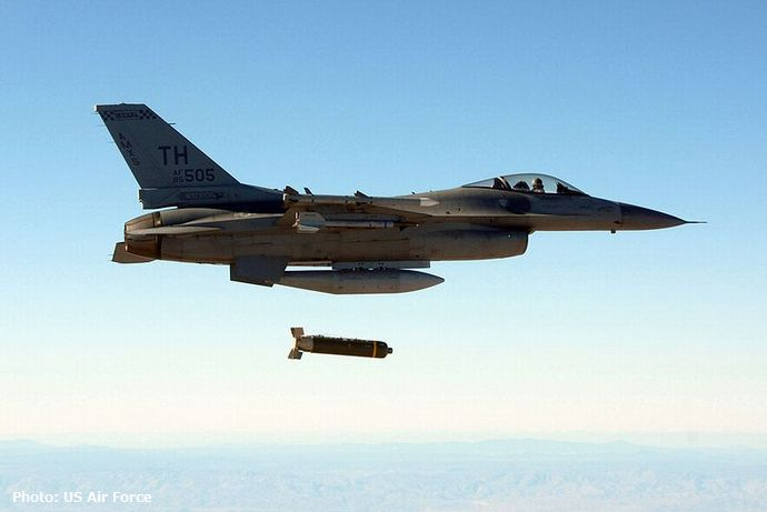 800px-F-16C_Indiana_ANG_drops_cluster_bomb_2007