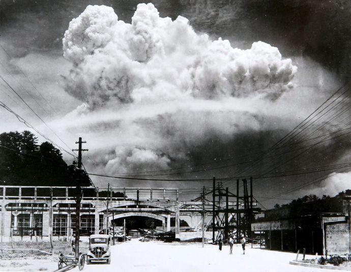 Atomic_cloud_over_Nagasaki_from_Koyagi-jima