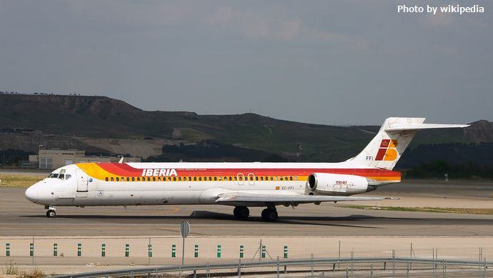 スペインの国際空港に旅客機を何年も放置、当局がMD87型機の持ち主探す!