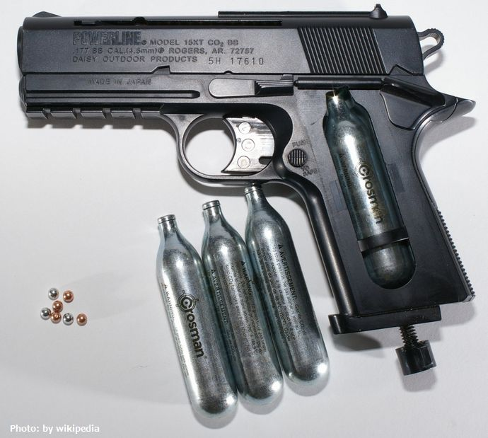 BB_gun_with_CO2_and_BBs