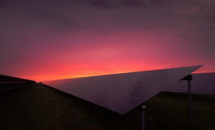 夜間に発電できる「反ソーラーパネル」が考案される!