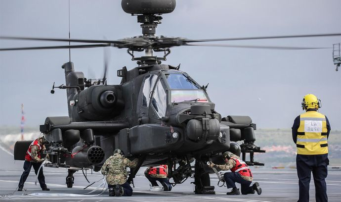 Apache-HMS-Queen-Elizabeth-flight-deck-3
