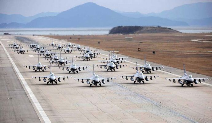 F-16s-in-Elephant-walk-formation-2