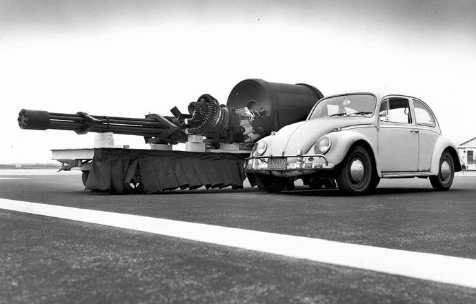 1280px-GAU-8_meets_VW_Type_1