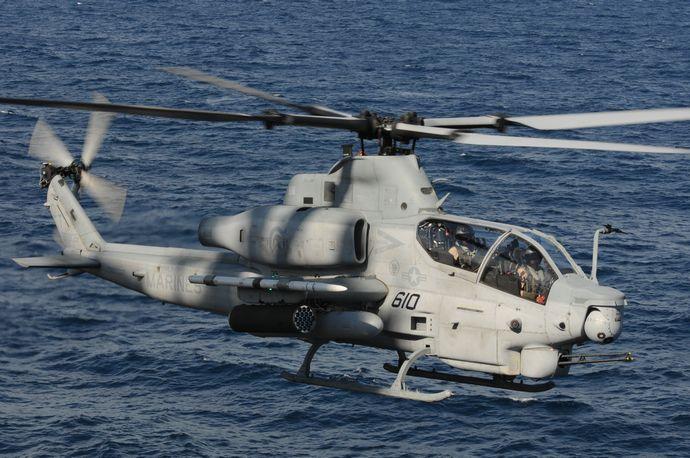 ,_approaches_the_amphibious_assault_ship_USS_Wasp_(LHD_1)