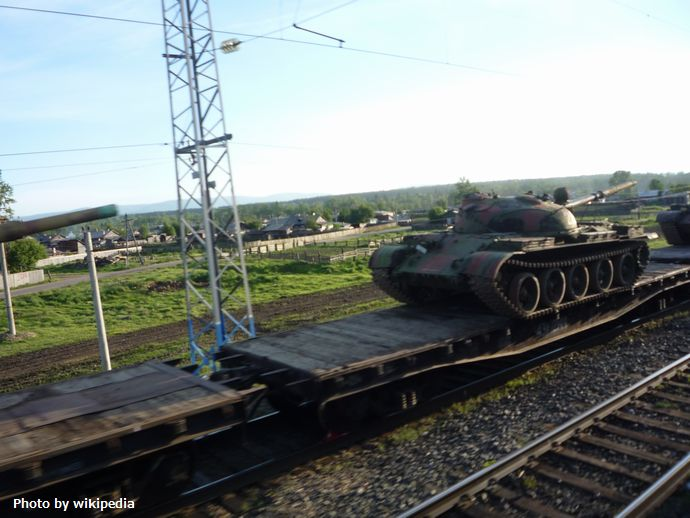 Russian_T-62_tank_transported_by_train