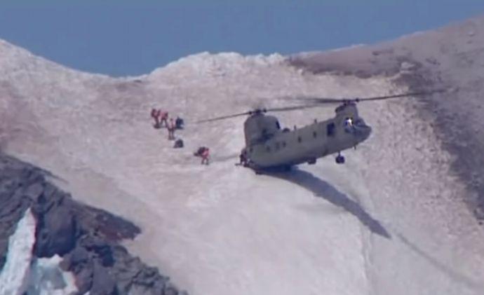 米軍CH-47ヘリ「チヌーク」、登山遭難者救助でリア部分だけ着地(動画)!