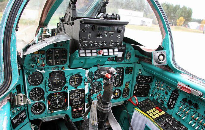 1280px-Cockpit_of_Mikoyan-Gurevich_MiG-31_(2)