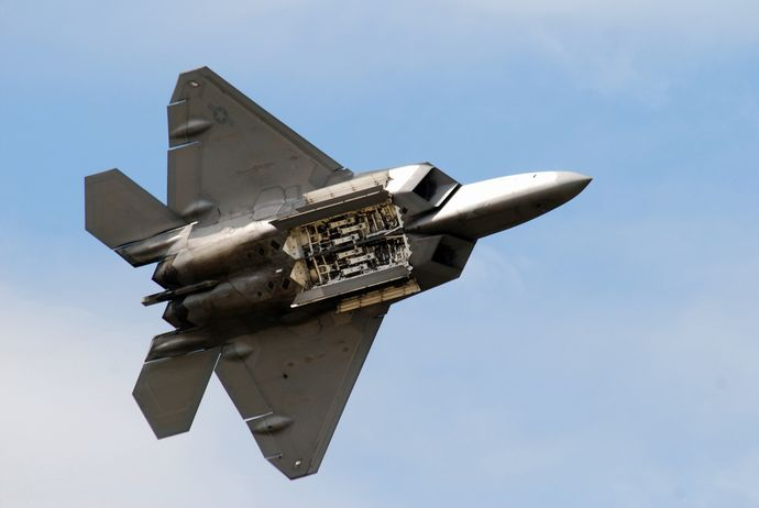 F-22_Raptor_shows_its_weapon_bay