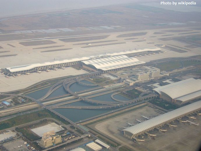 1280px-上海浦東国際空港新旧ターミナル