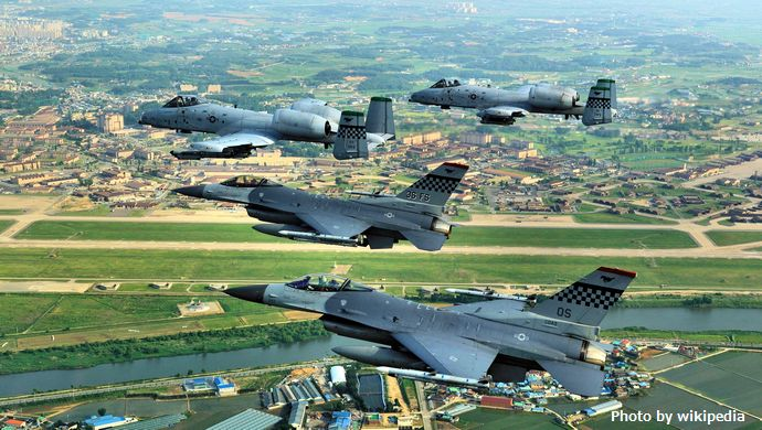 Osan_Air_Base_51_FW_F-16_A-10_Flyby