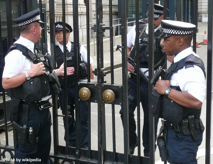 Armed_police_officers_(London,_2014)