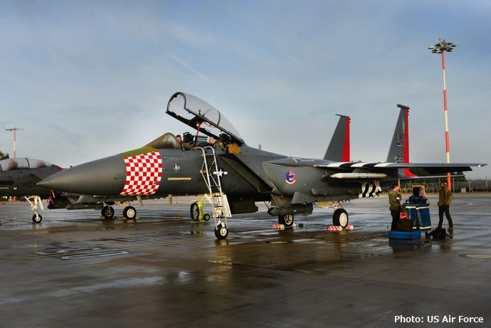 「ノルマンディ上陸作戦」を記念したスペシャル塗装を施した米空軍F-15Eストライクイーグルをイギリスで公開!