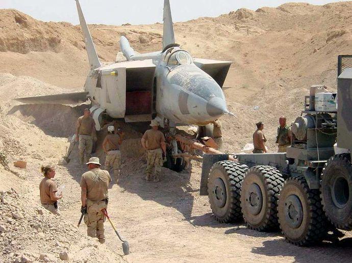 Iraqi-MiG-25-in_sand