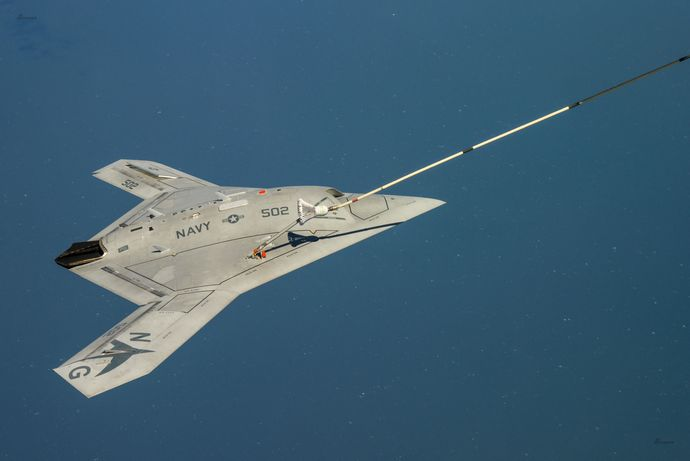 映画ステルスが現実に!米海軍のステルス無人攻撃機「X-47B」空中給油に初成功(動画あり)
