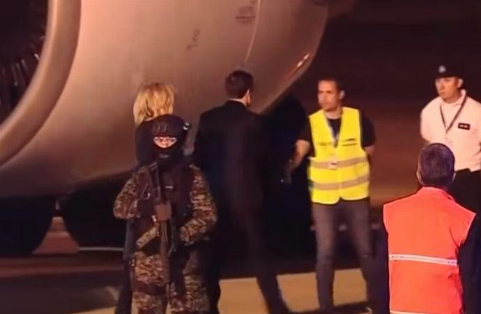 マクロン仏大統領夫妻、空港で出迎えなく困惑、黄色いベストの作業員と握手…独首相は政府専用機が故障!