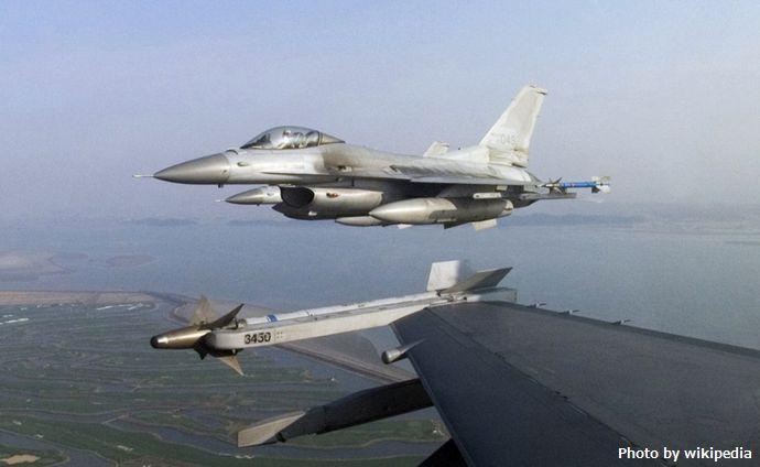 F-16Cs_ROKAF_over_Kunsan_AB_2007