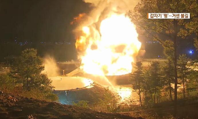 韓国・ソウル近郊の貯油タンクで爆発炎上…消火にはヘリコプターも投入!