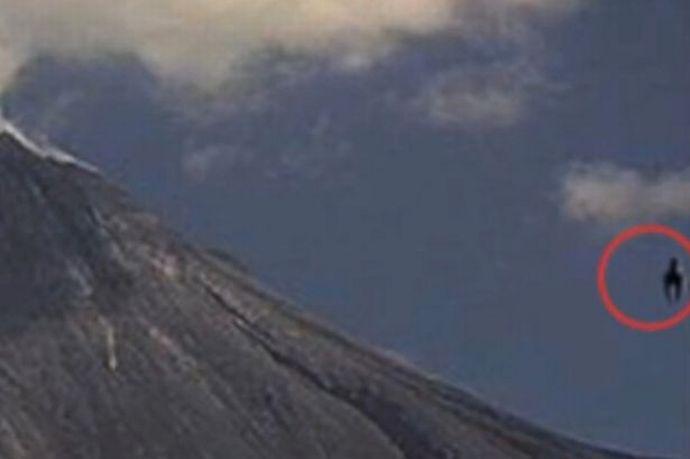 メキシコの火山付近で謎の飛行物体が目撃される 【マジ】