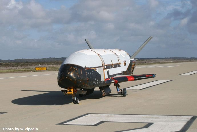 Boeing_X-37B_after_ground_tests_at_Vandenberg_AFB,_October_2007
