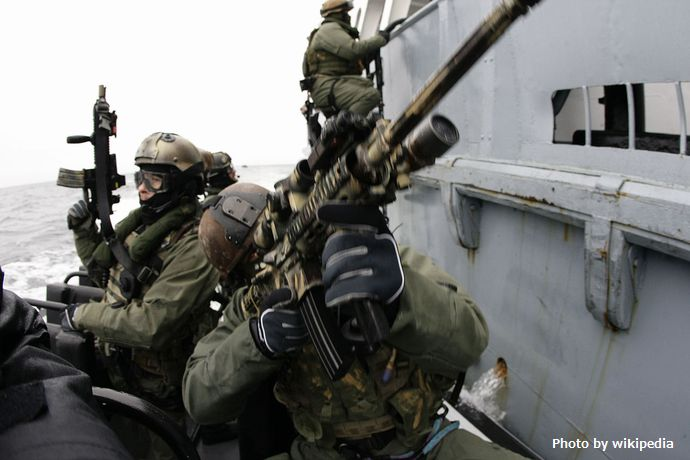 1280px-GROM_with_Navy_SEALs_01