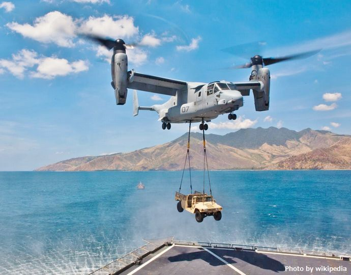 MV-22_conducts_external_lift_from_USNS_Sacagawea