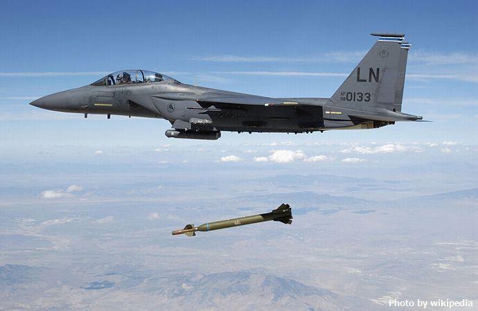 800px-USAF_F-15E_releases_GBU-28