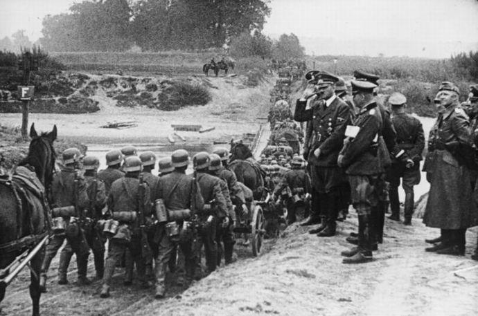 Bundesarchiv_Bild_183-S55480,_Polen,_Parade_vor_Adolf_Hitler