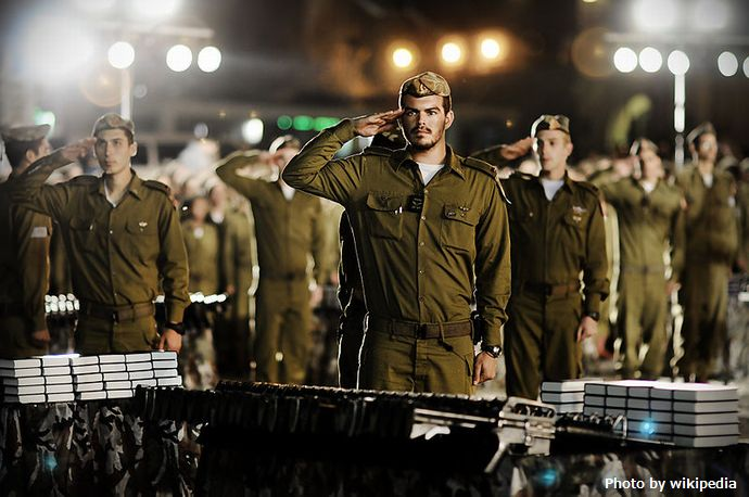 Flickr_-_Israel_Defense_Forces_-_Saluting_the_Flag