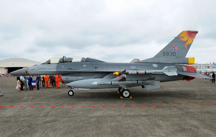 ROCAF_Lockheed_Martin_F-16B_Fighting_Falcon_Aoki1