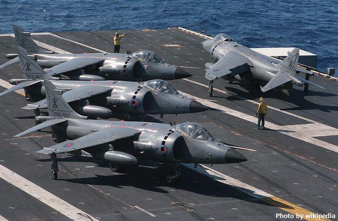 800px-SeaHarriers_800_Sqn_parked_on_USS_Eisenhower_(CVN-69)_1984