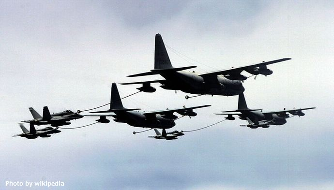 800px-KC-130s_VMGR-152_refueling_VFA-97_F-18Cs_2006