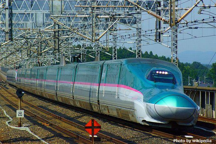 Shinkansen,_the_Hayabusa_and_the_Super-Komachi_super_express