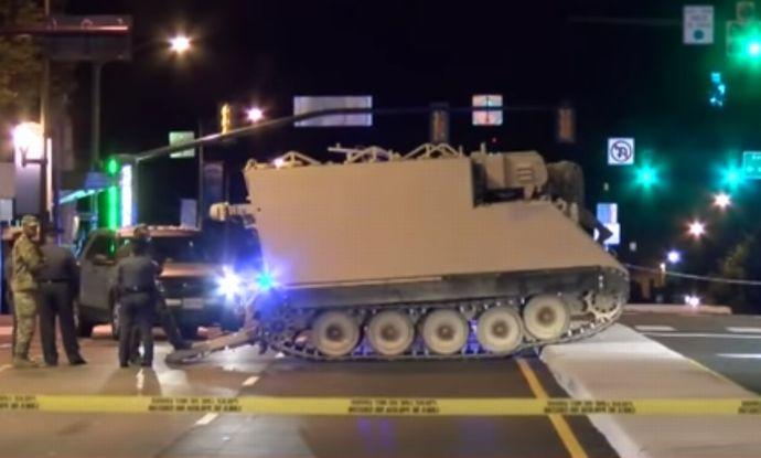 州兵の装甲車を盗んで基地外を2...
