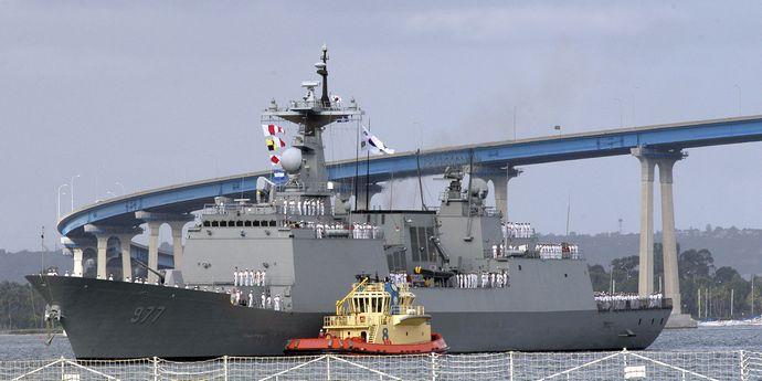 1920px-RoK_warship_Dae_Jo_Yeong_(DDG_977)