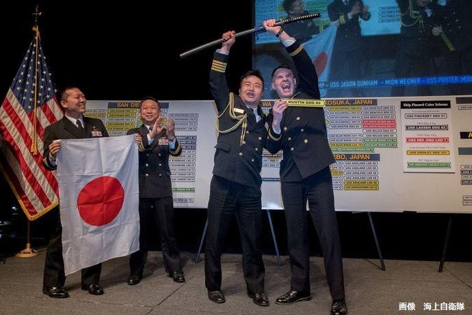 米海軍兵学校で自分が赴任する艦艇を選ぶ「シップセレクション」…日本配属艦艇を選んだ士官候補生に居合刀を贈呈!