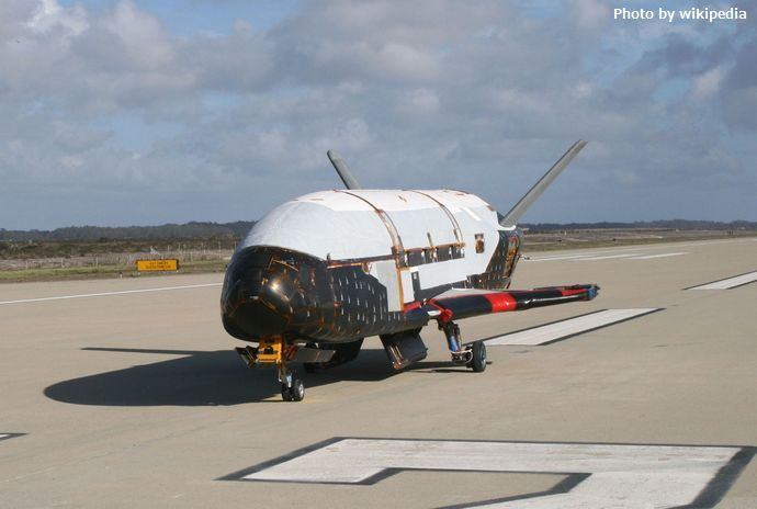 Boeing_X-37B_after_ground_tests_at_Vandenberg_AFB,_October_2007