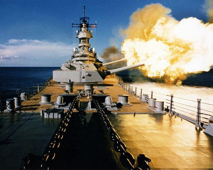 USS_Wisconsin_firing2