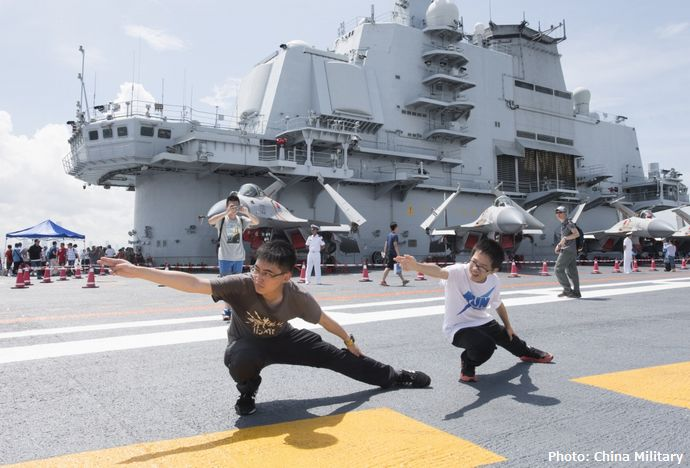 中国の空母「遼寧」が初の香港訪問を終える、市民4000人超が乗船体験!