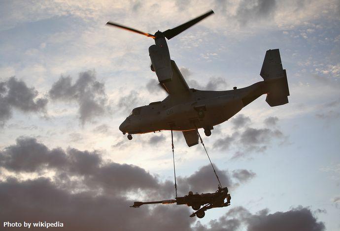 MV-22_Osprey_aircraft_lifts_an_M-777_howitzer