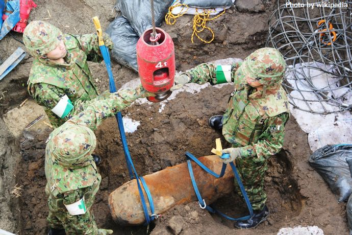 Bomb_disposal_in_Sendai_Airport