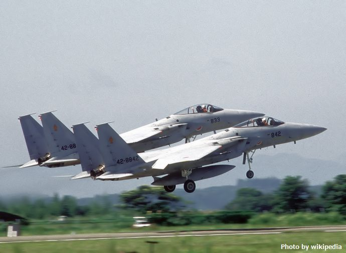 Two_JASDF_F-15J_take_off_in_formation