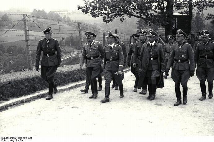 Bundesarchiv_Bild_192-038,_KZ_Mauthausen,_Besuch_Himmler