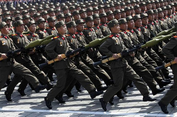 north-korean-soldiers-march-during-33f9-diaporama