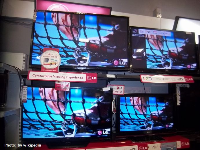 LG_TV's_on_display_in_a_supermarket.
